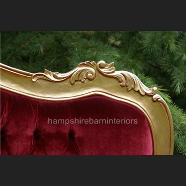 A A BEAUTIFUL RED VELVET AND GOLD LEAF HILTON CHAISE LONGUE5